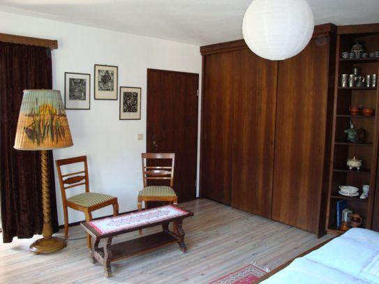 Elternschlafzimmer: kleine Sitzmöglichkeit mit Couchtisch