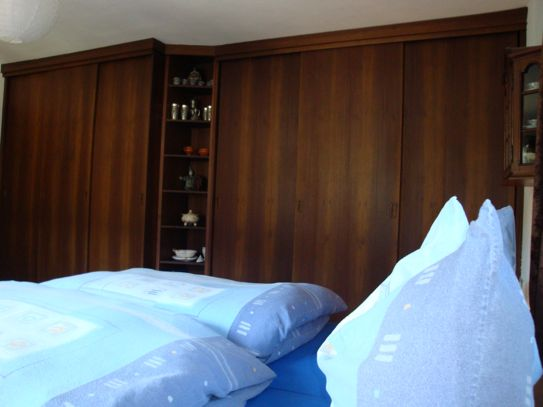Elternschlafzimmer: Einbauschrank mit Bücherregal