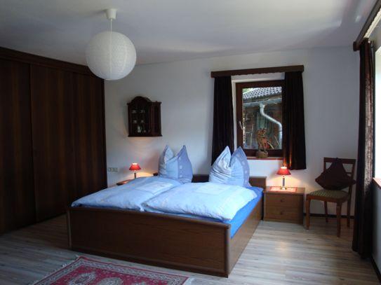 Elternschlafzimmer: Doppelbett (2 x 2 Meter) mit zwei getrennten Matratzen und zwei Nachttischen