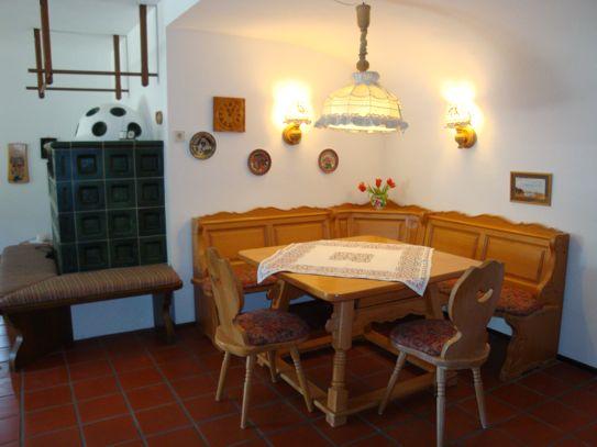 Großer Essbereich: Gemütliche Bauernecke mit sechs Sitzplätzen, Buffet Zinnregal, Cotto-Boden, 10 qm
