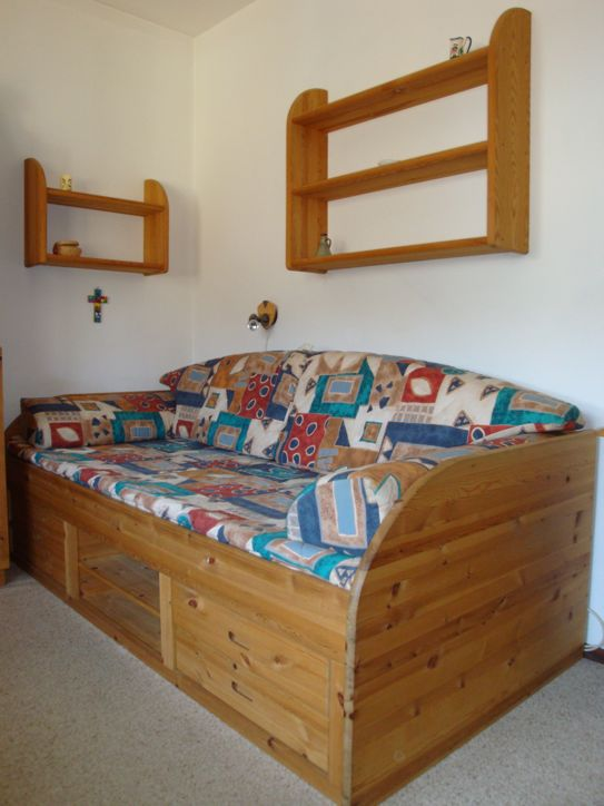 """Schlafmöglichkeit für eine bis zwei weitere Personen/Kinder """"Paidi""""-Echtholz-Kindermöbel (Kleiderschrank, Kommode, Schreibtisch, Bücherregal, Doppelseitiges Fenster) Parkettboden (12 qm)"""