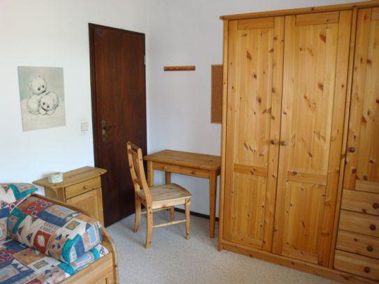 """Kinderzimmer:  Schlafmöglichkeit für eine bis zwei weitere Personen/Kinder, """"Paidi""""-Echtholz-Kindermöbel, (Kleiderschrank, Kommode, Schreibtisch, Bücherregal, Doppelseitiges Fenster) Parkettboden (12 qm)"""