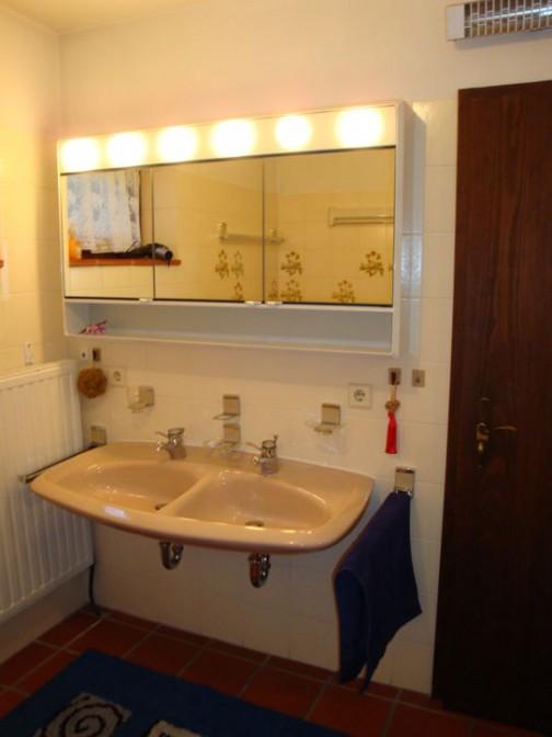 Bad: Dusche, Badewanne, Zwei Waschbecken, großer Spiegelschrank, Toilette, Ausziehbarer Wäscheständer, Fön, Kleines Kippfenster Cotto-Boden 7 qm