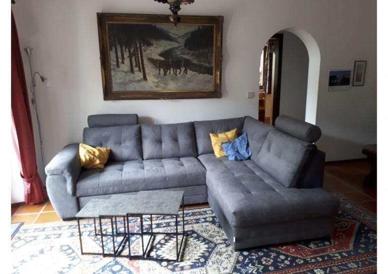 Wohnbereich: (Schlaf-)Couch für zwei Personen, moderner Wohnzimmertisch, Leselampe, Flatscreen